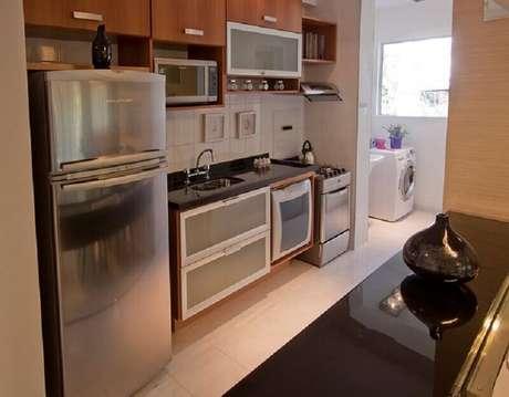 10. Decoração com armários modulados para cozinha com lavanderia simples e pequena – Foto: Pinterest