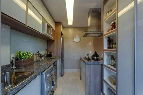 11. Nichos ajudam a decorar e organizar a cozinha com lavanderia pequena – Foto: Renata Basques