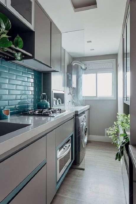 13. Armários planejados e revestimento azul para decoração de cozinha de apartamento pequeno com lavanderia – Foto: Simples Decoração