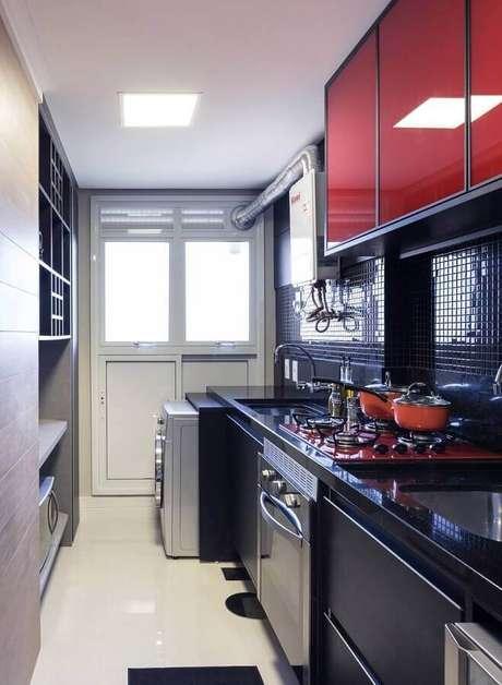 17. Decoração para cozinha planejada com lavanderia pequena com armários pretos e vermelhos – Foto: Casa de Valentina