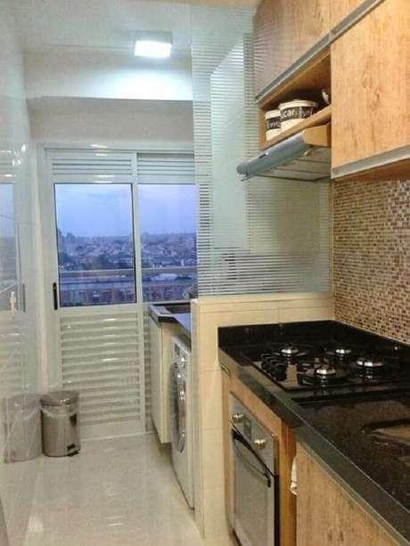 15. Cozinha com lavanderia pequena decorada com divisória de vidro – Foto: Comprando meu Apê