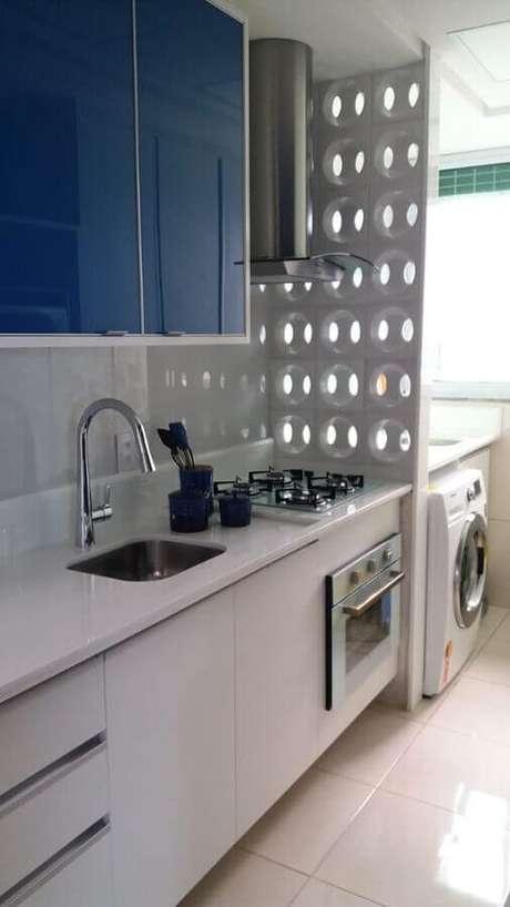 19. A parede de cobogó é uma excelente escolha para divisão de cozinha com lavanderia simples – Foto: Burguina Cobogó