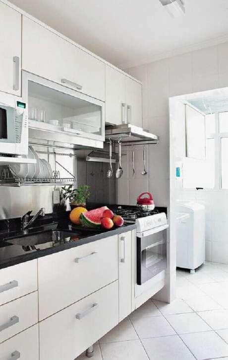 21. Cozinha com lavanderia simples decorada com armários brancos – Foto: Dicas Decor