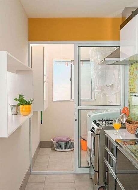 20. Decoração para cozinha com lavanderia simples com porta de correr para separar os ambientes – Foto: Pinterest