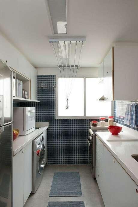23. Pastilhas grandes azuis para decoração de cozinha de apartamento pequeno com lavanderia – Foto: Dicas Decor