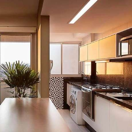 24. Invista em uma boa iluminação para a decoração da cozinha de apartamento pequeno com lavanderia – Foto: Fabrica Arquitetura
