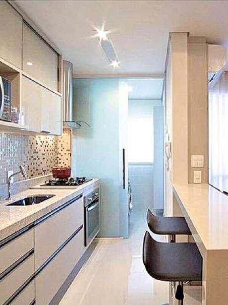 26. A porta de correr de vidro é muito usada como divisória na cozinha integrada com lavanderia – Foto: Você Precisa Decor