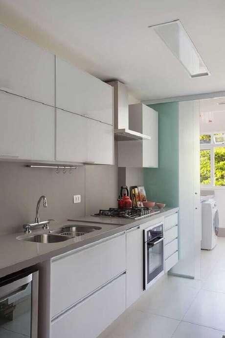 27. Porta de correr para divisão de cozinha com lavanderia simples – Foto: Casa de Valentina
