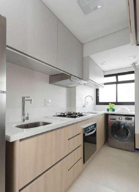 28. Cozinha integrada com lavanderia decorada com armários planejados – Foto: Bashti Móveis