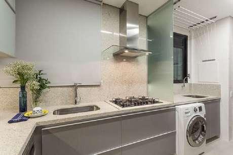 31. Decoração clean para cozinha planejada com lavanderia e com divisória feita com placa de vidro – Foto: Home Fashion Trend