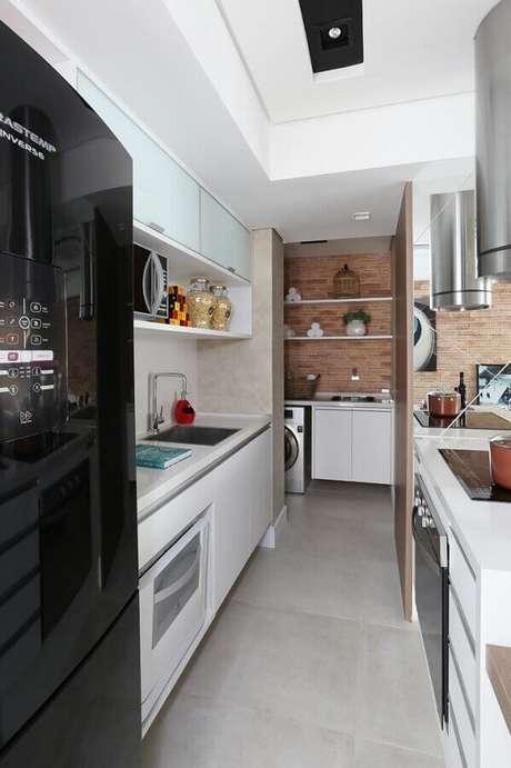 29. Modelo de cozinha com lavanderia pequena decorada com armários planejados – Foto: Planete-deco
