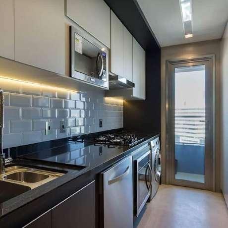 32. Cozinha planejada com lavanderia decorada com subway tile e armários planejados em preto e branco – Foto: Studio DWG Arquitetura e Interiores