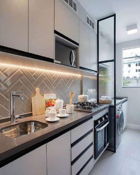 38. Decoração moderna para cozinha com lavanderia com divisória de vidro e subway tile em formato de escama de peixe – Foto: Pinterest