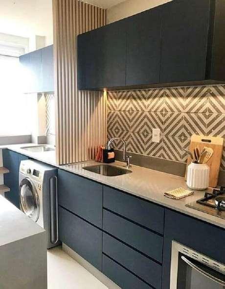 39. O revestimento diferente dá um toque personalizado na decoração da cozinha com lavanderia pequena – Foto: Lily Fashion Style