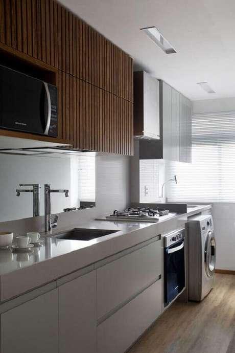 40. Decoração moderna para cozinha com lavanderia pequena com móveis planejados – Foto: As Arquitetas