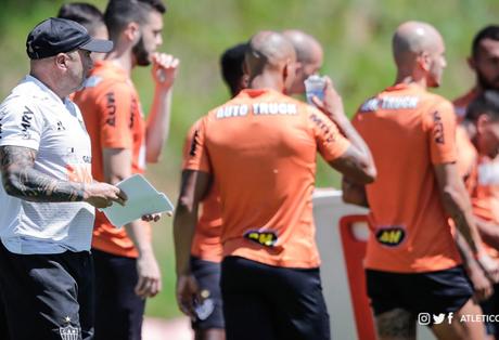 Sampaoli orienta os jogadores do Galo durante treinamento (Foto: Divulgação/Atlético-MG)
