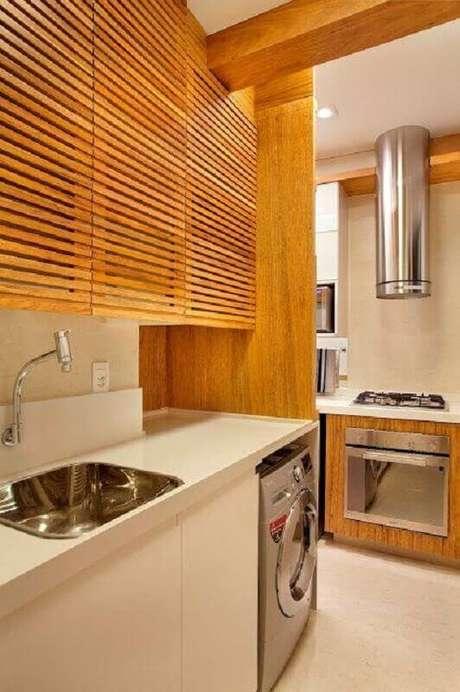 45. Os armários de madeira dá um toque acolhedor na decoração da cozinha integrada com lavanderia – Foto: Webcomunica