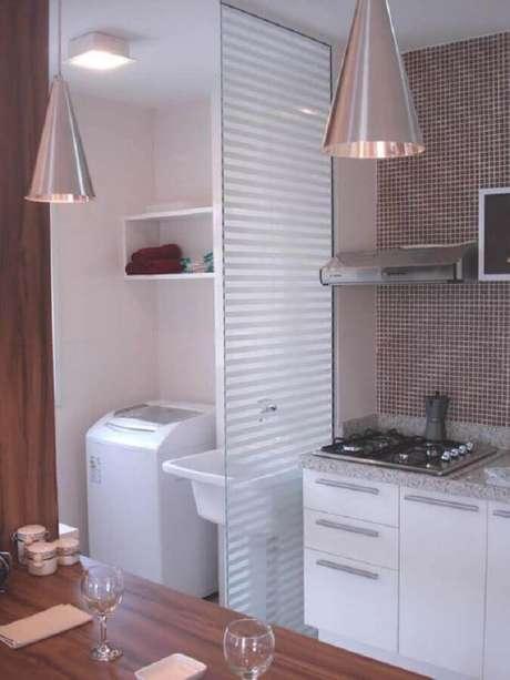 46. Cozinha com lavanderia pequena decorada com divisória branca – Foto: Dicas de Decoração