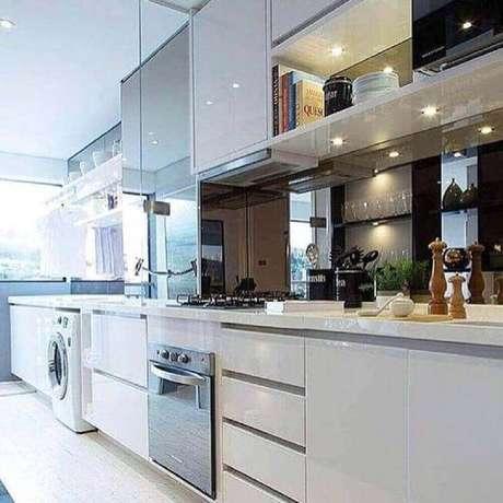 47. Móveis planejados para decoração de cozinha de apartamento pequeno com lavanderia – Foto: Chris Silveira Arquitetura