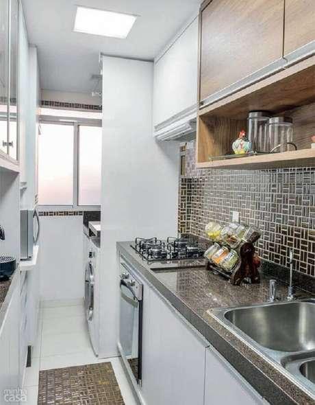 48. Modelo de cozinha com lavanderia pequena decorada com armários planejados – Foto: Arquitrecos