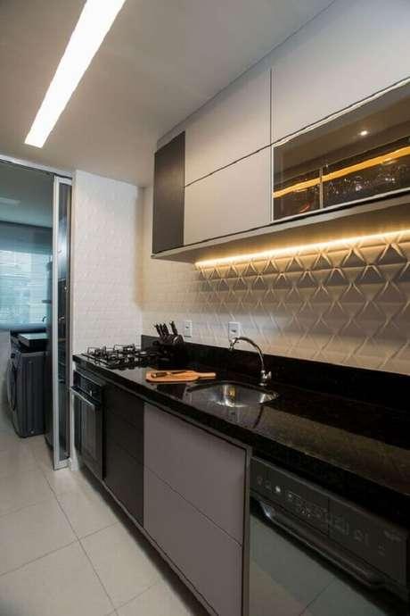 51. O revestimento 3D dá um toque moderno na decoração da cozinha com lavanderia pequena planejada – Foto: Revestindo a Casa