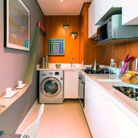 52. Decoração com revestimento de madeira para cozinha com lavanderia pequena integrada – Foto: Kasa 102