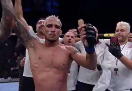 Charles do Bronx chegou ao sétimo triunfo seguido dentro do UFC e quer o title shot (Foto: Reprodução/Twitter)