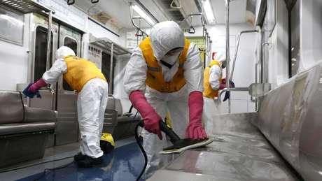 Além dos testes rigorosos para detectar os infectados, também existem sessões de limpeza em trens, metrôs e ônibus da Coreia do Sul