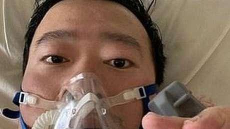 O médico Li Wenliang publicou nas redes sociais uma foto na cama do hospital