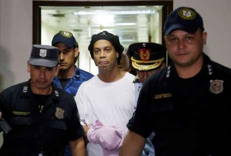 Ronaldinho é escoltado por policiais no Paraguai 07/03/2020 REUTERS/Jorge Adorno