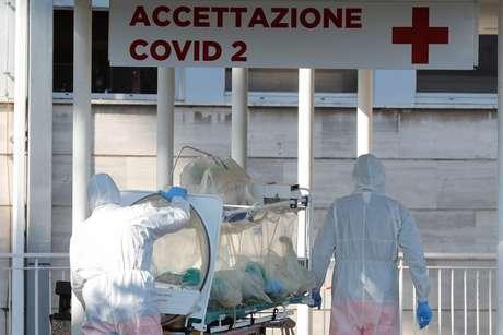 Na Itália, por exemplo, o sistema de saúde entrou em colapso devido à lentidão do governo em adotar medidas para conter a disseminação da covid-19