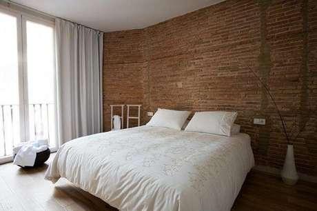 18. A parede do quarto de casal pode receber um acabamento especial com a presença da cerâmica. Fonte: Pinterest