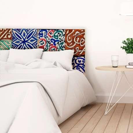 21. Cabeceira da cama feita com cerâmica. Fonte: Pinterest