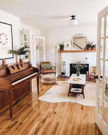51. Decoração hygge para casa com lareira na sala e piso de madeira – Foto: Glitter Guide