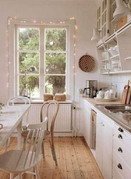 53. Cozinha toda branca com decoração hygge – Foto: My Desired Home
