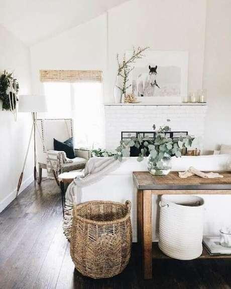 13. Tons claros, detalhes em madeira e plantas são presença garantida em ambientes com hygge decor – Foto: Pinterest