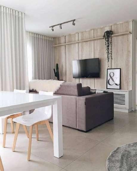 14. Ambientes com esses estilo de decoração dinamarquesa podem ter a madeira como revestimento da parede – Foto: Apartamento 84