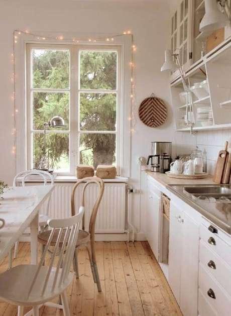 15. Na cozinha com decoração hygge você pode investir em armários que deixem as louças sempre a mostra – Foto: Misstephy