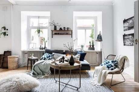 17. Decoração para sala com janelas amplas e muitas almofadas e mantas sobre o sofá – Foto: Pinterest