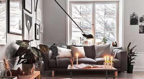 21. O estilo hygge valoriza ambientes bem iluminados, por isso, além das amplas janelas também use velas e luminárias – Foto: Ansa