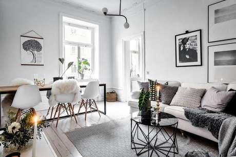 22. Hygger decora para sala de jantar e de estar integrada com muitas almofadas e tapete cinza – Foto: The gempicker