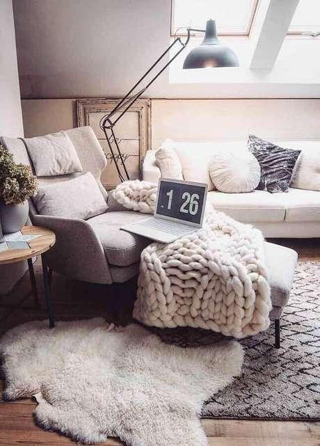 58. Decoração com manta e almofadas para sala com estilo hygge decor – Foto: Revista Artesanato