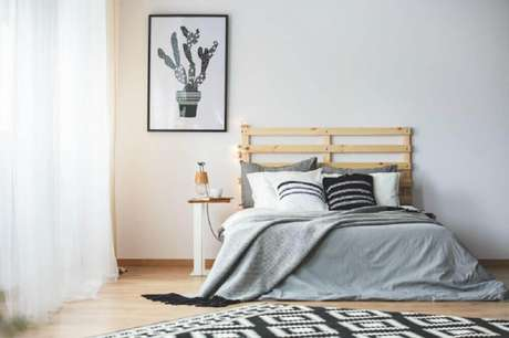 25. Decoração minimalista com estilo dinamarquês para quarto com cabeceira de madeira e quadro com desenho de cacto – Foto: Inspirations and Celebrations.