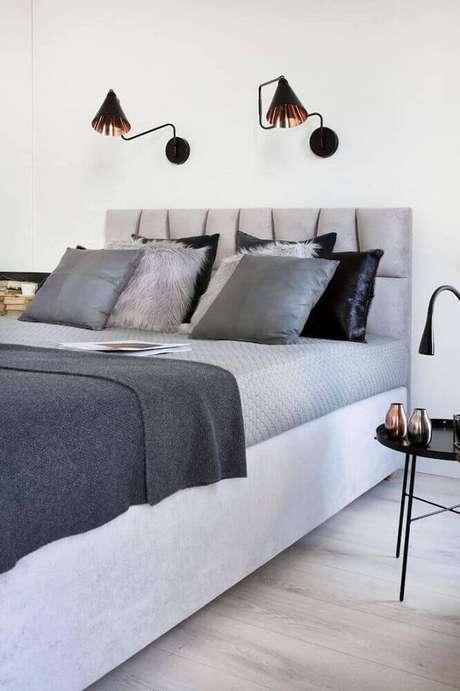 27. Decoração minimalista para quarto com luminária de parede sobre a cabeceira da cama – Foto: Agnieskza Karas