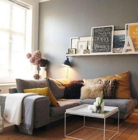 28. Estilo hygge para sala de estar com sofá cinza e muitas almofadas – Foto: Seo04