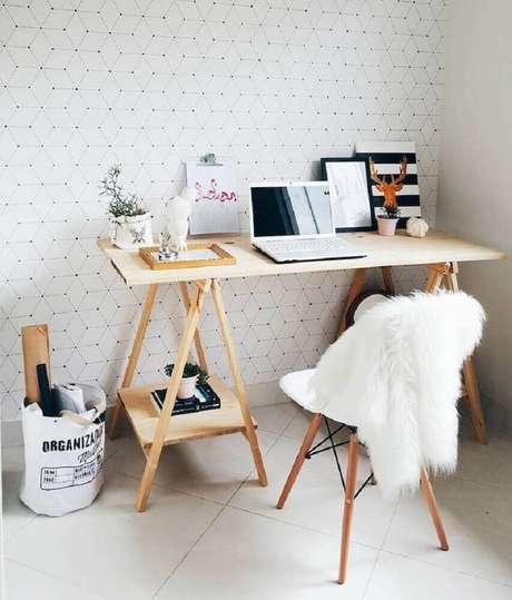 32. Hygge decor para home office com papel de parede delicado e mesa de madeira – Foto: Morando com Amor