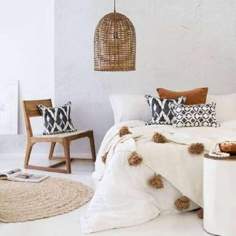 35. Decoração clean no estilo dinamarquesa para quarto com tapete redondo e pendente feito com fibras naturais – Foto: Pinterest