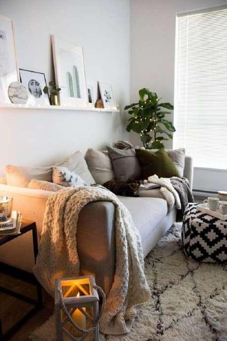 8. Decoração hygge para sala com muitas almofadas, manta sobre o sofá e tapete branco – Foto: Home Decor Idea