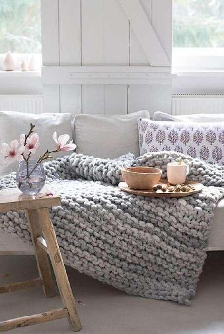 39. Decoração hygger com manta sobre o sofá – Foto: Pinterest