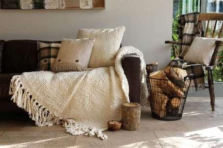 40. Mantas e almofadas em tons de bege para decoração hygger – Foto: Good Stuff